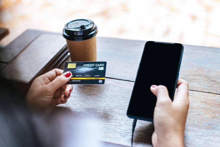 Usuario introduce información de tarjeta de crédito
