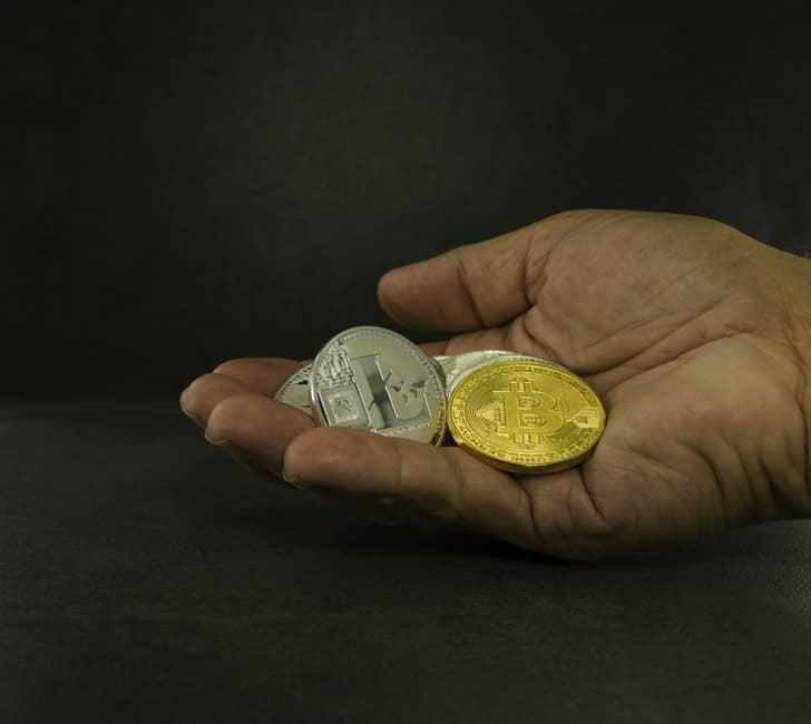 Concepto de mano con bitcoin